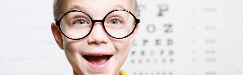 medicul care verifică vederea)